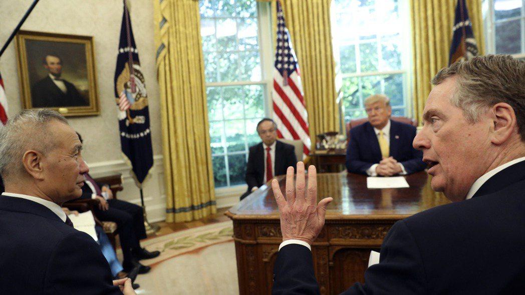 美國總統川普今年10月在白宮接見美中貿易談判代表:中國大陸國務院副總理劉鶴(左)...