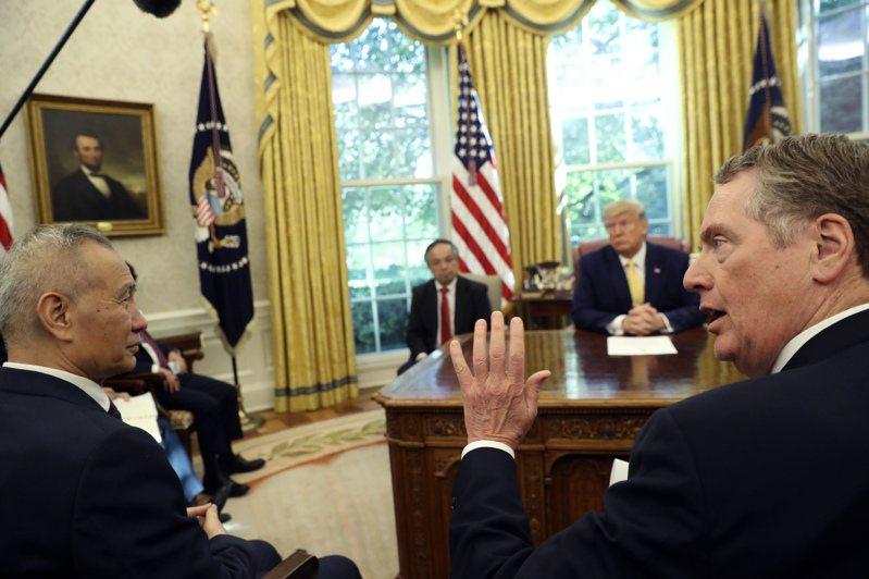 美國總統川普今年10月在白宮接見美中貿易談判代表:中國大陸國務院副總理劉鶴(左)、美國貿易代表賴海哲(右)。  美聯社