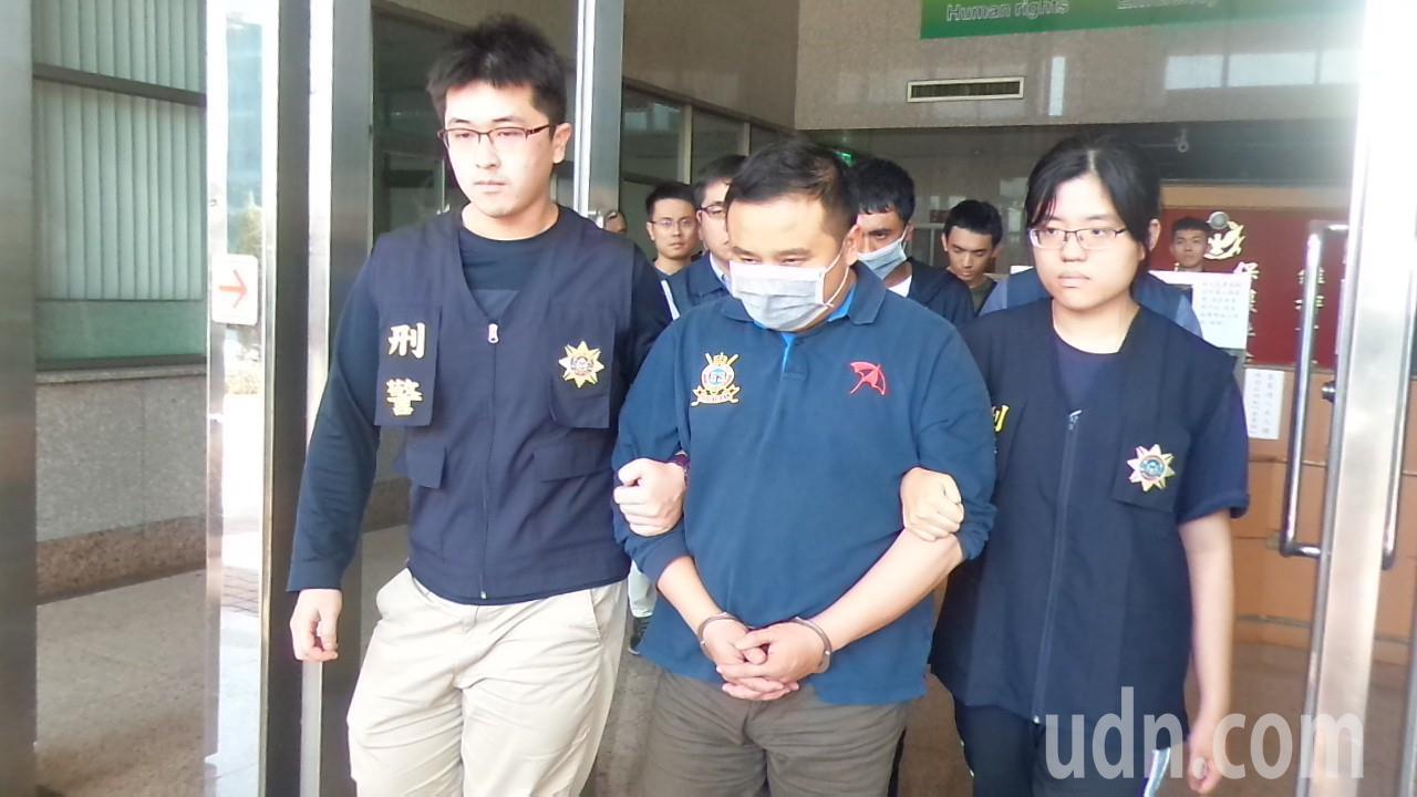 楊姓前里長(中)涉持槍押人被捕。記者林保光/攝影