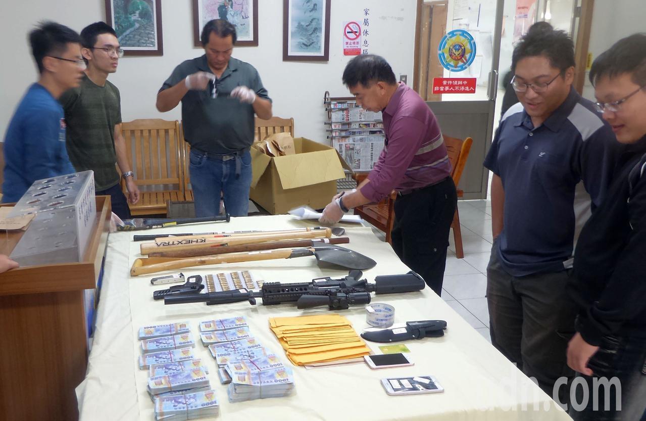 楊姓前里長涉持槍押人,警方搜出槍械及假鈔。記者林保光/攝影