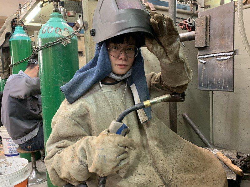 勞動部勞動力發展署桃竹苗分署「銲接實務班」22歲的林品均,為銲接班歷年來最年輕的女性學員,也是首位取得一般手工電銲甲級證照的女性學員。圖/勞動部勞動力發展署桃竹苗分署提供