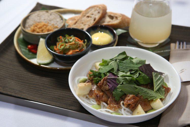 Longtail所設計的「米線佐台灣黑梅花豬、香茅、魚露沾醬」。記者陳睿中/攝影