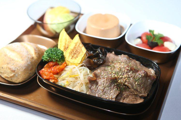胡同醬燒牛五花丼,於經濟艙供應。記者陳睿中/攝影