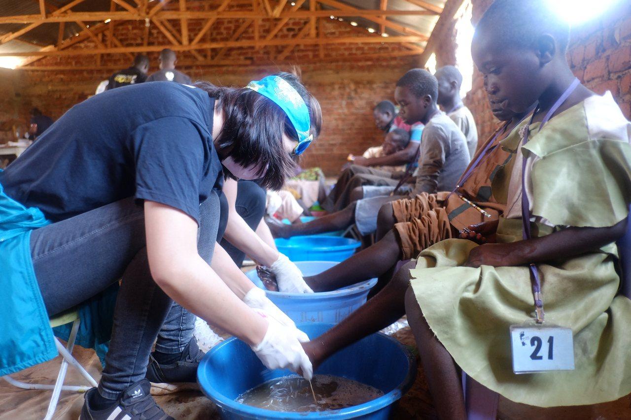 衛福部台東醫院員工李佾純,今年10月和友人飛到東非肯亞「基塔萊」小鎮,幫當地的小...