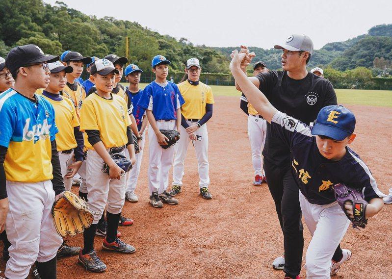 陳偉殷8日到基隆,指導當地三級棒球隊小球員,事後卻引發藍綠論戰。圖/國泰金控提供