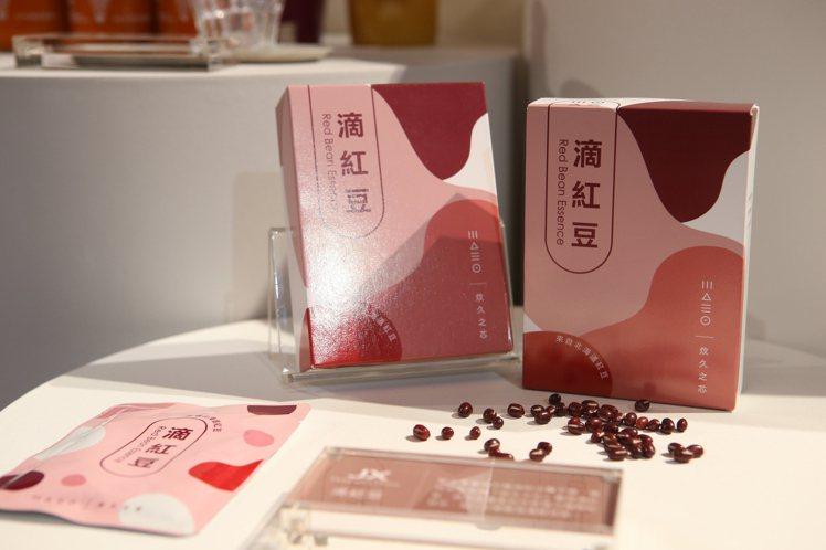 商務艙提供蔡依珊所創立的炆久之芯滴紅豆的紅豆水。記者陳睿中/攝影