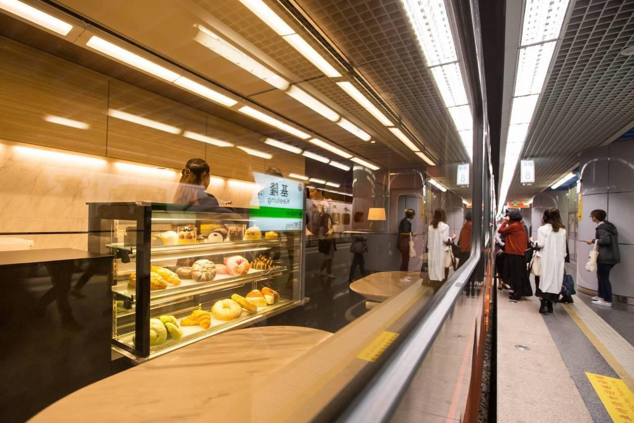 台鐵美學復興RENAISSANCE,觀光列車經設計改造塗裝,今天首航至基隆站。圖...