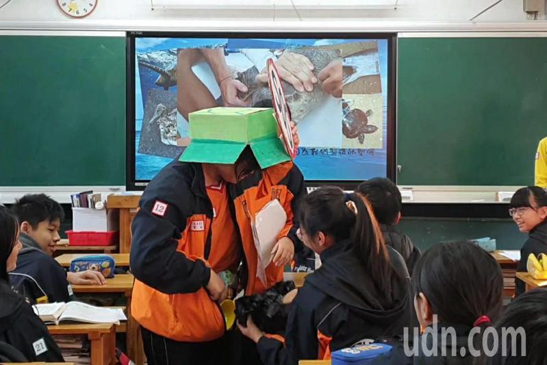 為響應環保救地球,桃園八德區大成國中推出減塑行動劇,學生扮演海龜並在外套內塞滿塑膠製品,由自願學生拉下海龜外套拉鍊,形成「解剖海龜肚子」的有趣畫面。記者陳夢茹/攝影