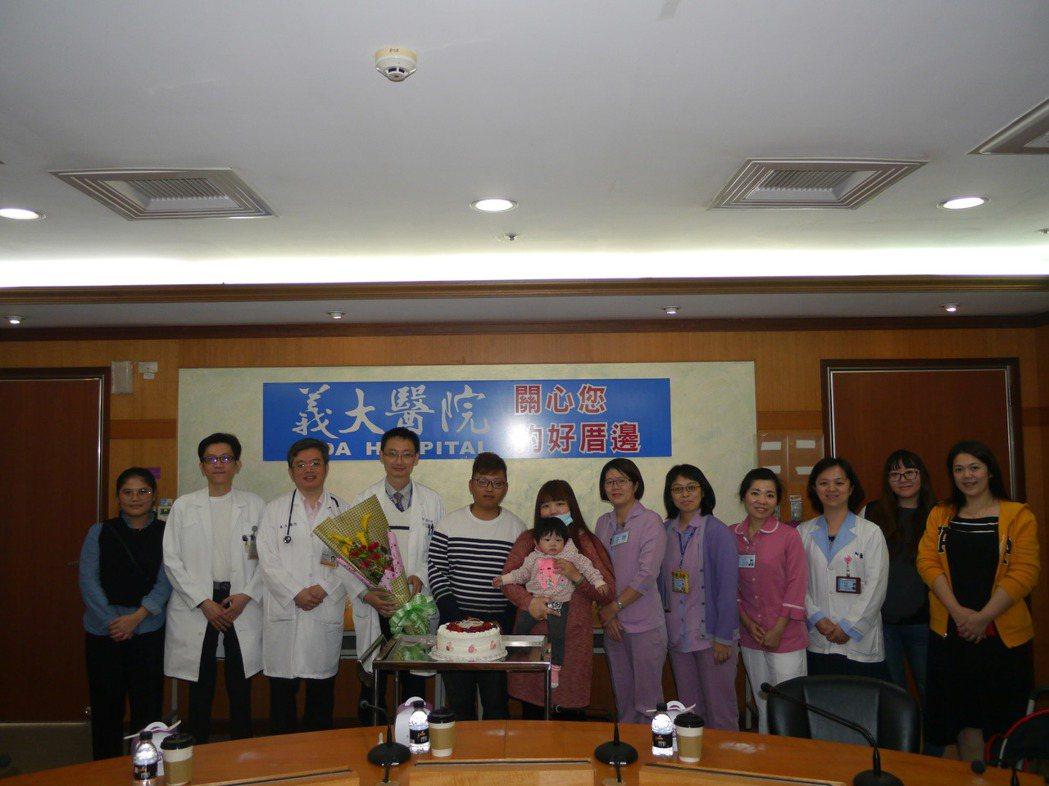 義大醫院醫療團隊與唐家三口合影,唐爸爸與唐媽媽感謝醫療團隊付出的努力。記者徐白櫻...