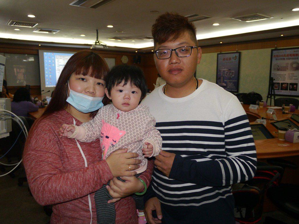 唐小妹發育正常無須復健,今天跟著父母出席記者會。記者徐白櫻/攝影