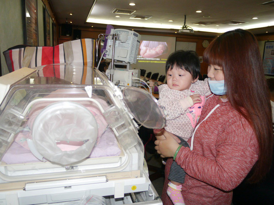 去年唐小妹就是靠著畫面上的照護設備轉診至義大醫院治療。記者徐白櫻/攝影