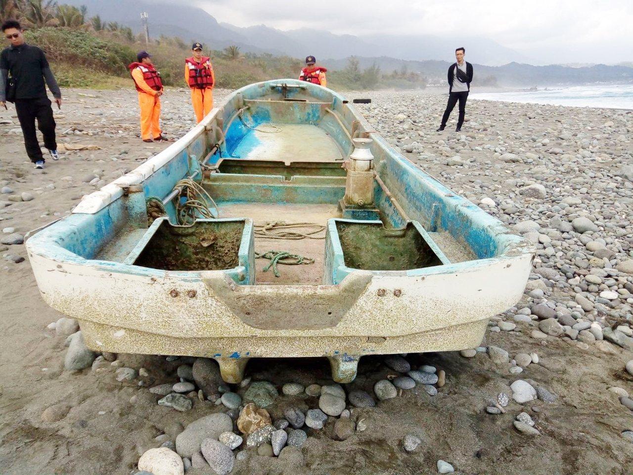 台東縣長濱鄉宜灣海域今天上午出現一艘海漂日籍漁船,船體完整但外掛引擎掉落。記者羅...