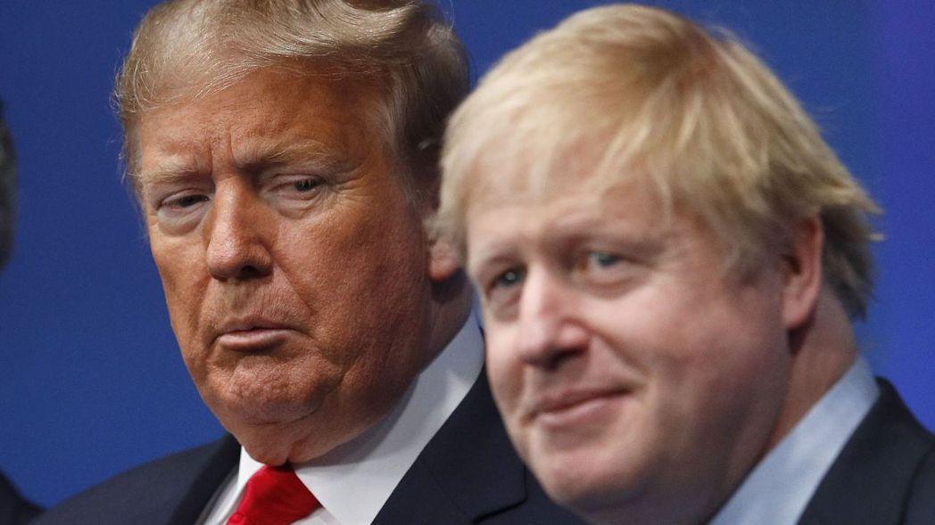 美國總統川普(左)宣布美中貿易協議好事近了,加上英國保守黨篤定在12日下議院選舉...