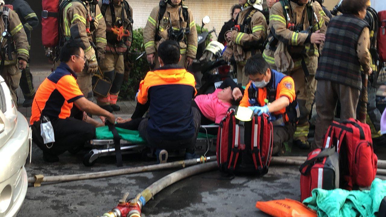 老嫗女兒據報後趕往火場,發現母親命喪火窟,情緒激動癱軟在地大哭,救護人員及警方安...
