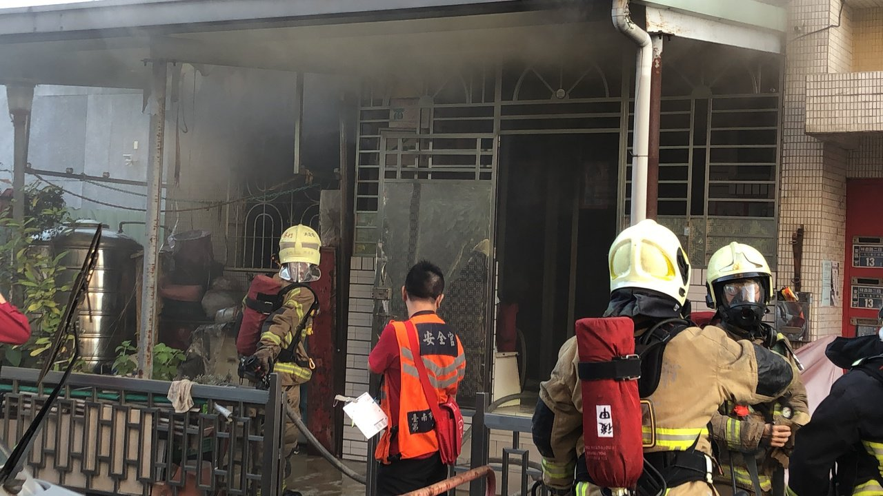 台南市東區區林森路二段192巷一棟5層樓舊公寓大樓1樓下午3時50分冒出火煙,消...