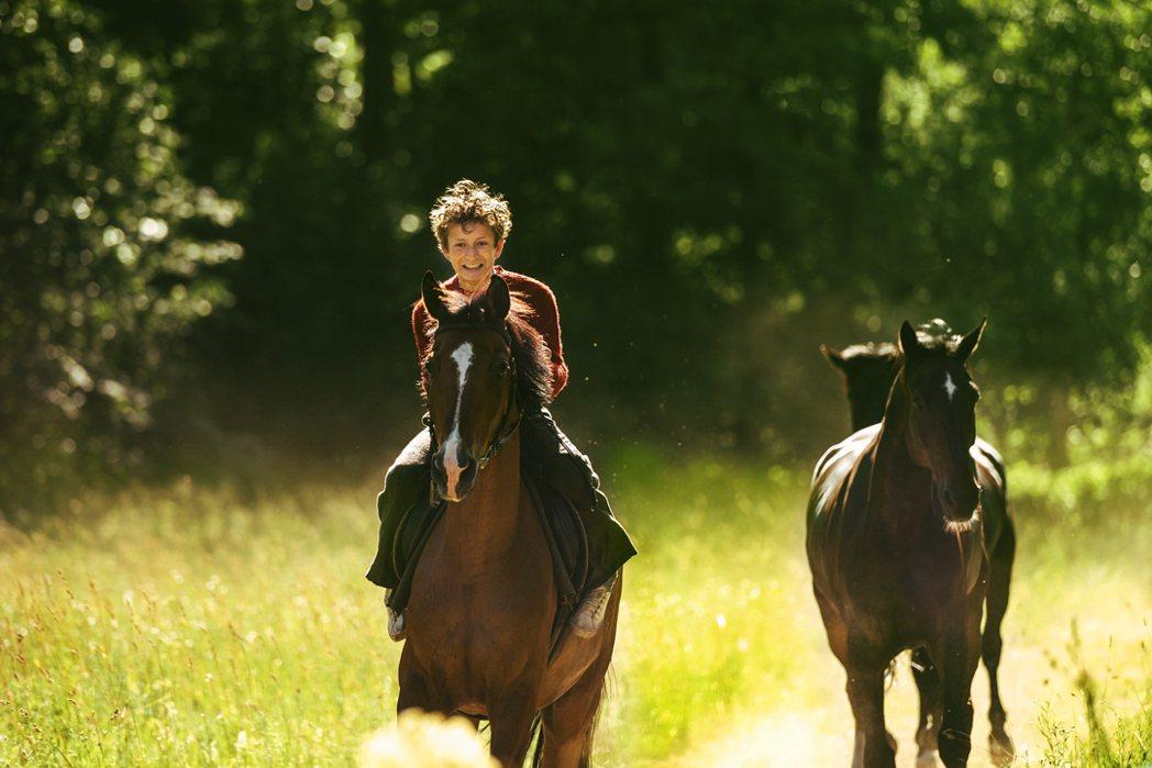 小傅德在森林裡偷騎野馬。圖/捷傑提供