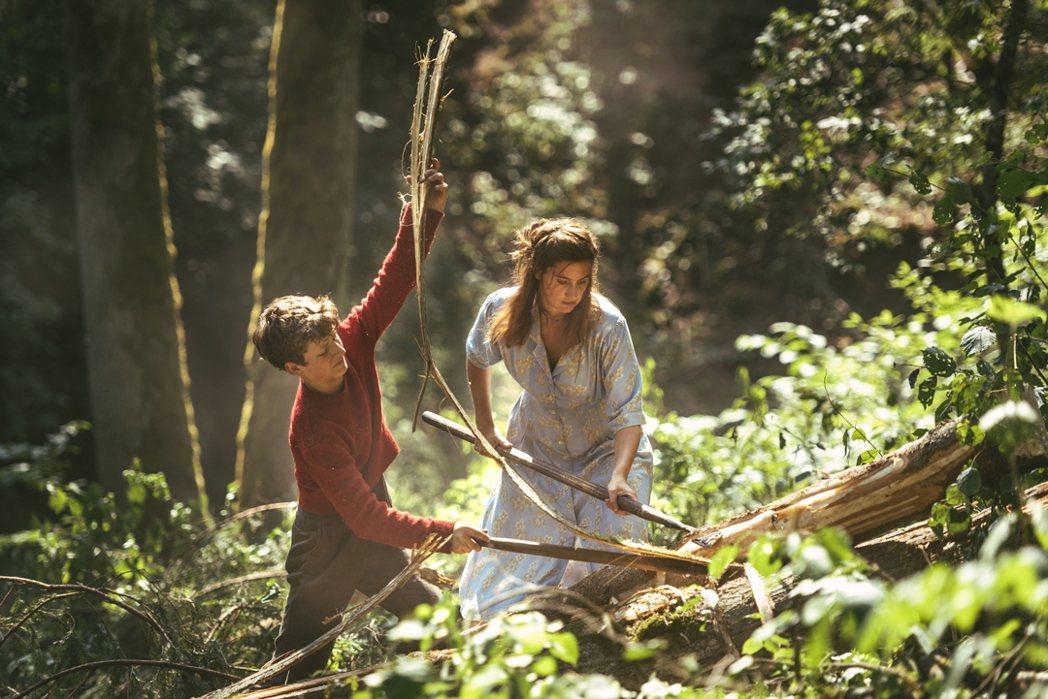小傅德與拉瑟母親在森林伐木。圖/捷傑提供
