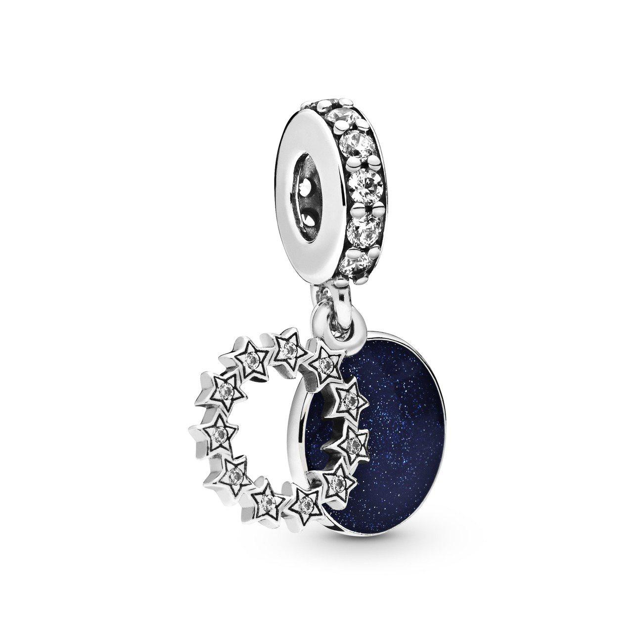 Pandora夜空繁星925銀琺瑯串飾2,480元。圖/Pandora提供