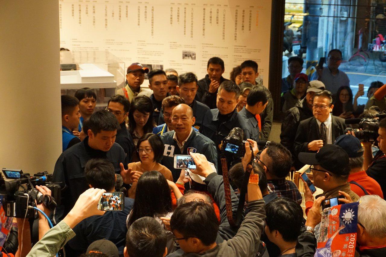 國民黨總統候選人韓國瑜今傍晚參觀台中中央書局,現場擠滿支持者與圍觀群眾。記者洪敬...