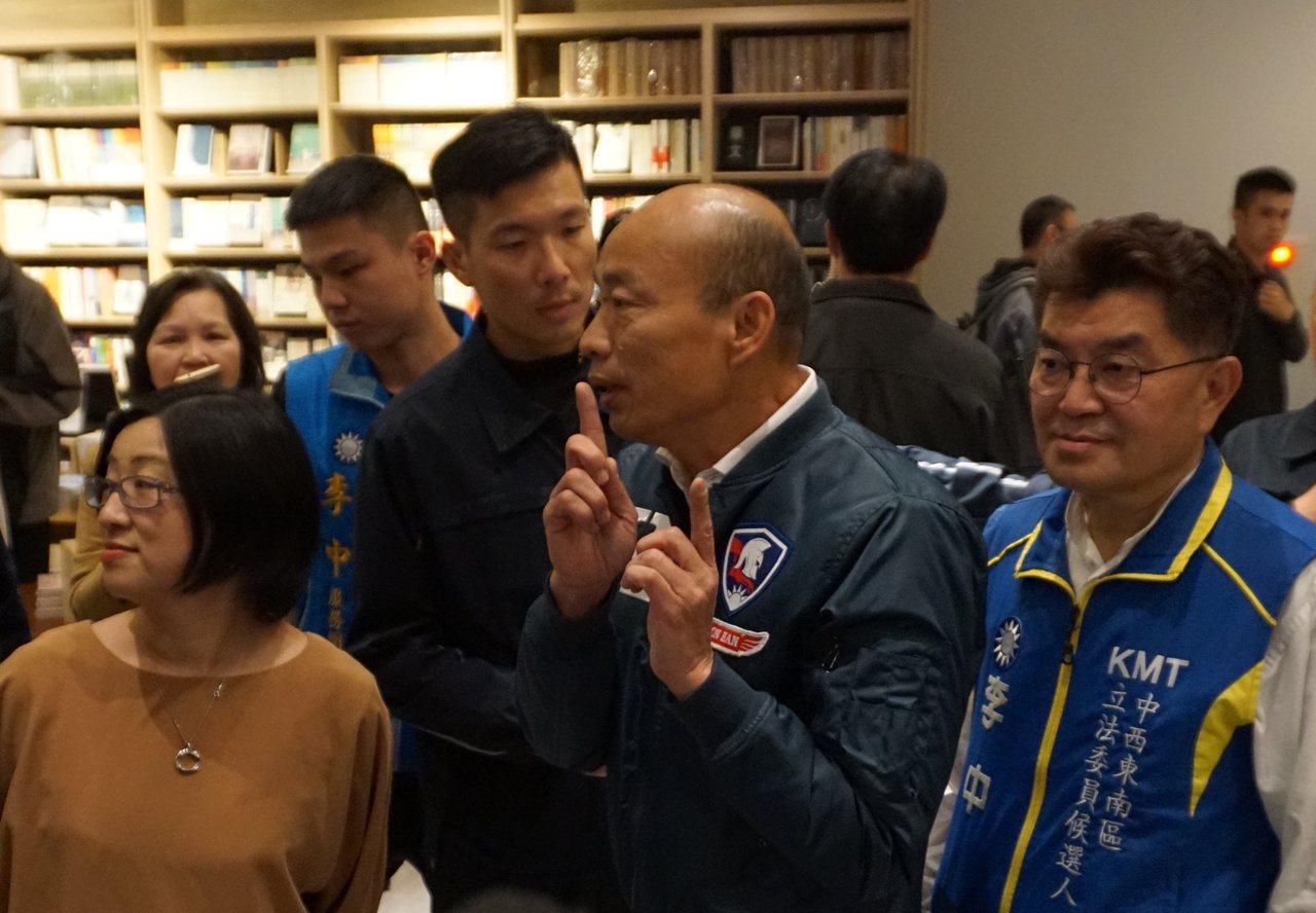 國民黨總統候選人韓國瑜今傍晚參觀台中中央書局,現場擠滿支持者與圍觀群眾,韓不斷比...