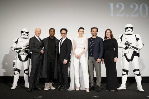 「STAR WARS : 天行者的崛起」於日本東京舉行紅毯活動與記者會,導演J.J.亞伯拉罕、億萬監製凱薩琳甘迺迪以及主要演員「芮」黛西蕾德莉、「芬恩」約翰波耶加、「波戴姆倫」奧斯卡伊薩克以及九部星...