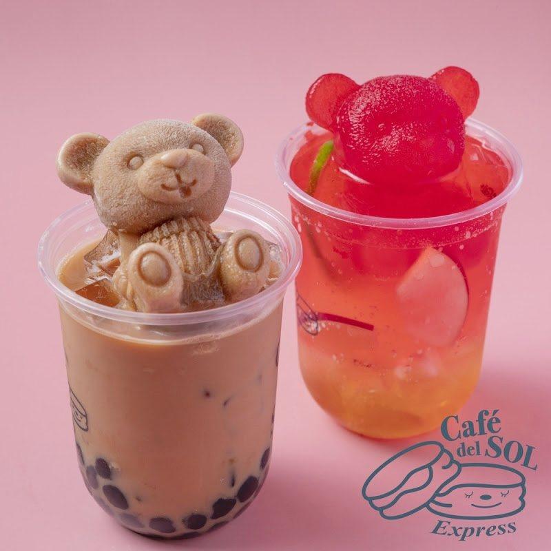 福岡手搖飲品牌「戀茶」招牌「奶茶熊」,於門市加價39元就能獲得一隻。圖/Café...