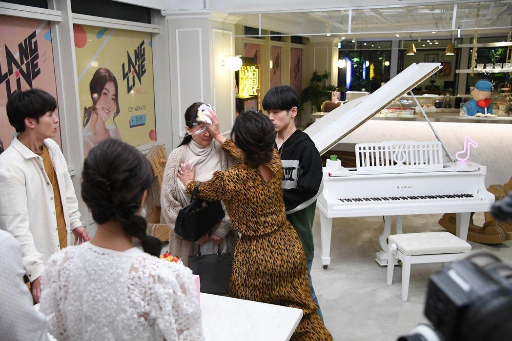 陽帆老婆Julie(中)第一次拍戲就被葛蕾砸蛋糕  圖/三立提供