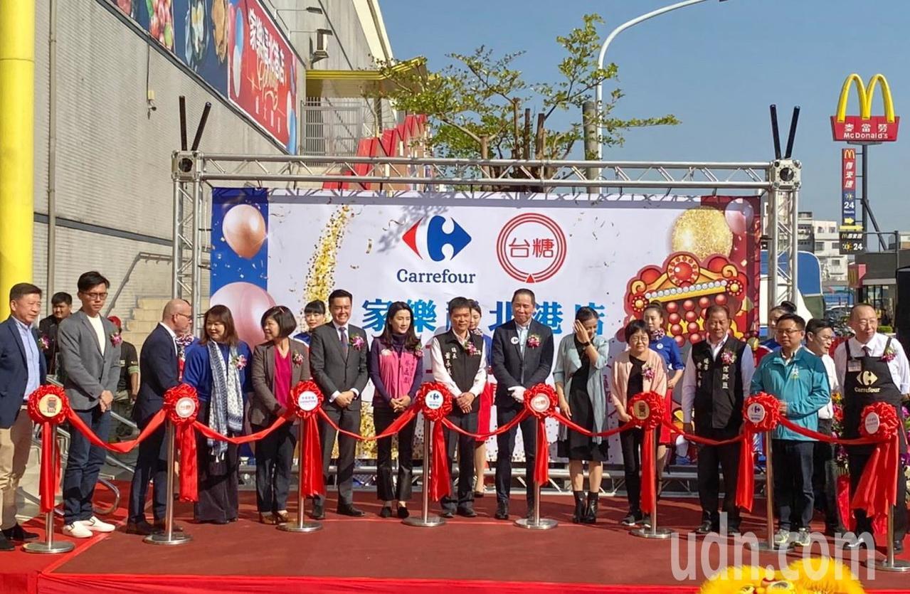 國內第一家由家樂福和秀泰影城結合的量販店,今天在雲林縣北港鎮盛大開幕,帶動商圈發...