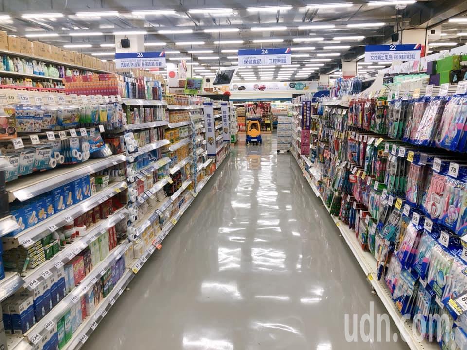 國內第一家由家樂福和秀泰影城結合的量販店,今天在雲林縣北港鎮盛大開幕,提供兩萬多...
