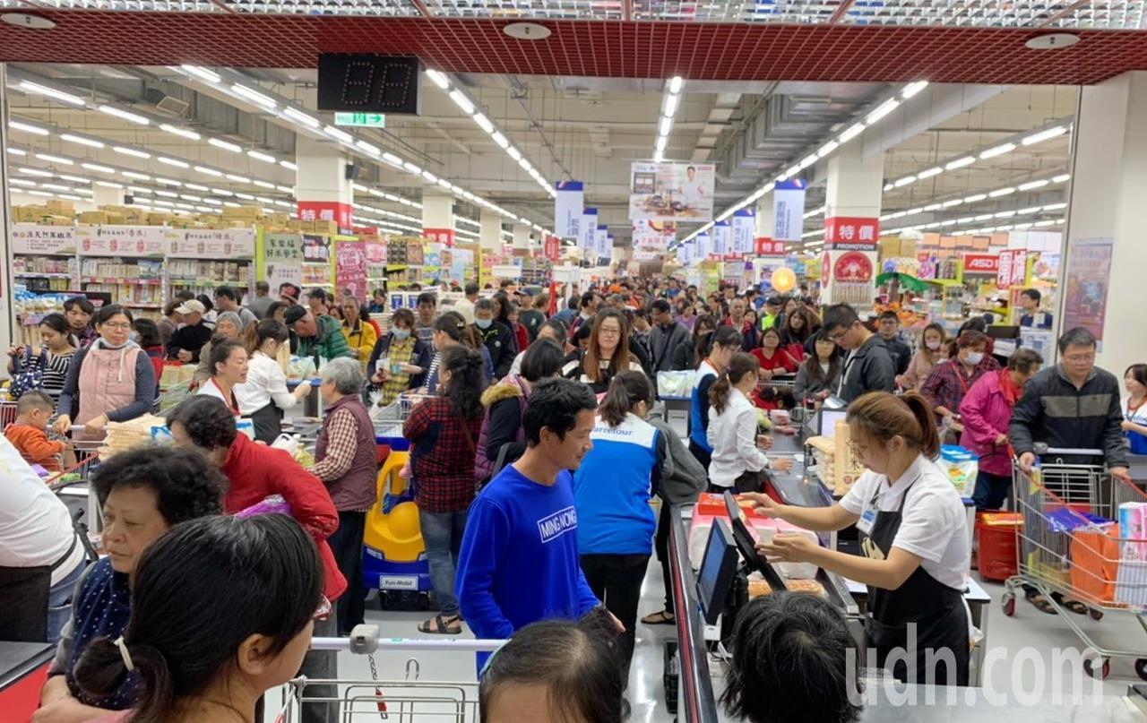 北港家樂福和秀泰影城一開幕,就吸引成千上萬人潮,把賣場擠滿滿。記者蔡維斌/攝影