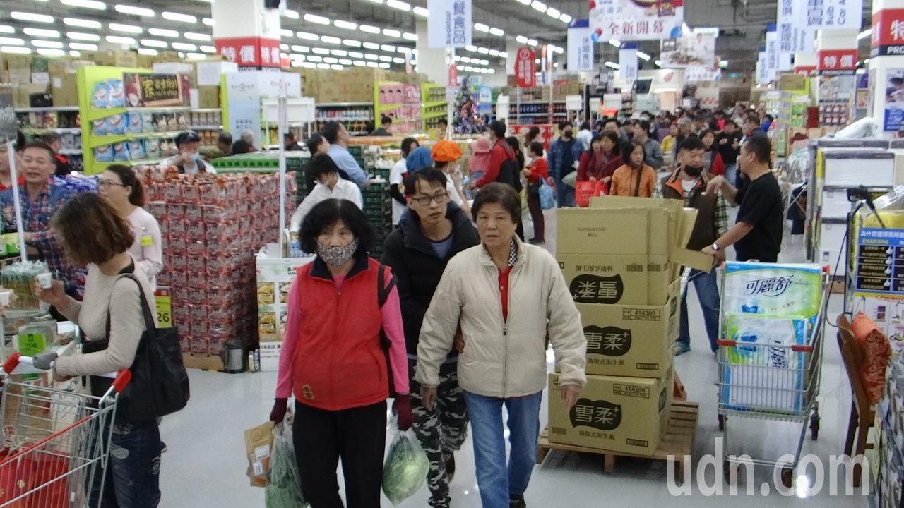 國內第一家由家樂福和秀泰影城結合的量販店,今天在雲林縣北港鎮盛大開幕,即吸引人潮...