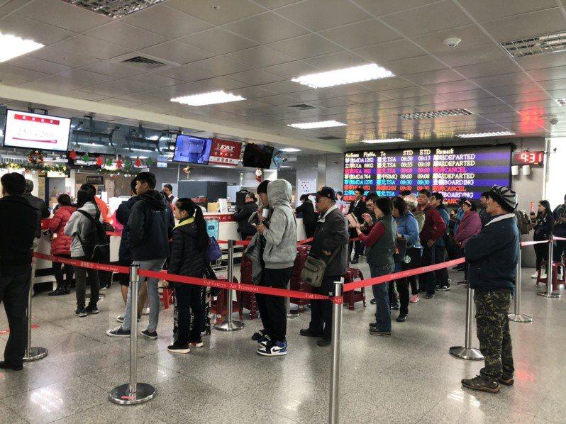 遠東航空公司昨日無預警宣布因資金籌措困難而停飛,造成連日來,金門機場擠滿排隊等候退票的民眾。記者蔡家蓁/攝影
