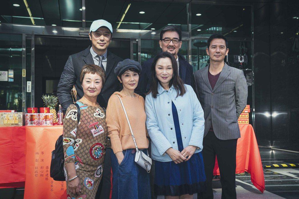 鮑正芳(左起)、林煒、林秀君、張瓊姿、雲中岳、王耿豪演出「粉紅色時光」。圖/百聿