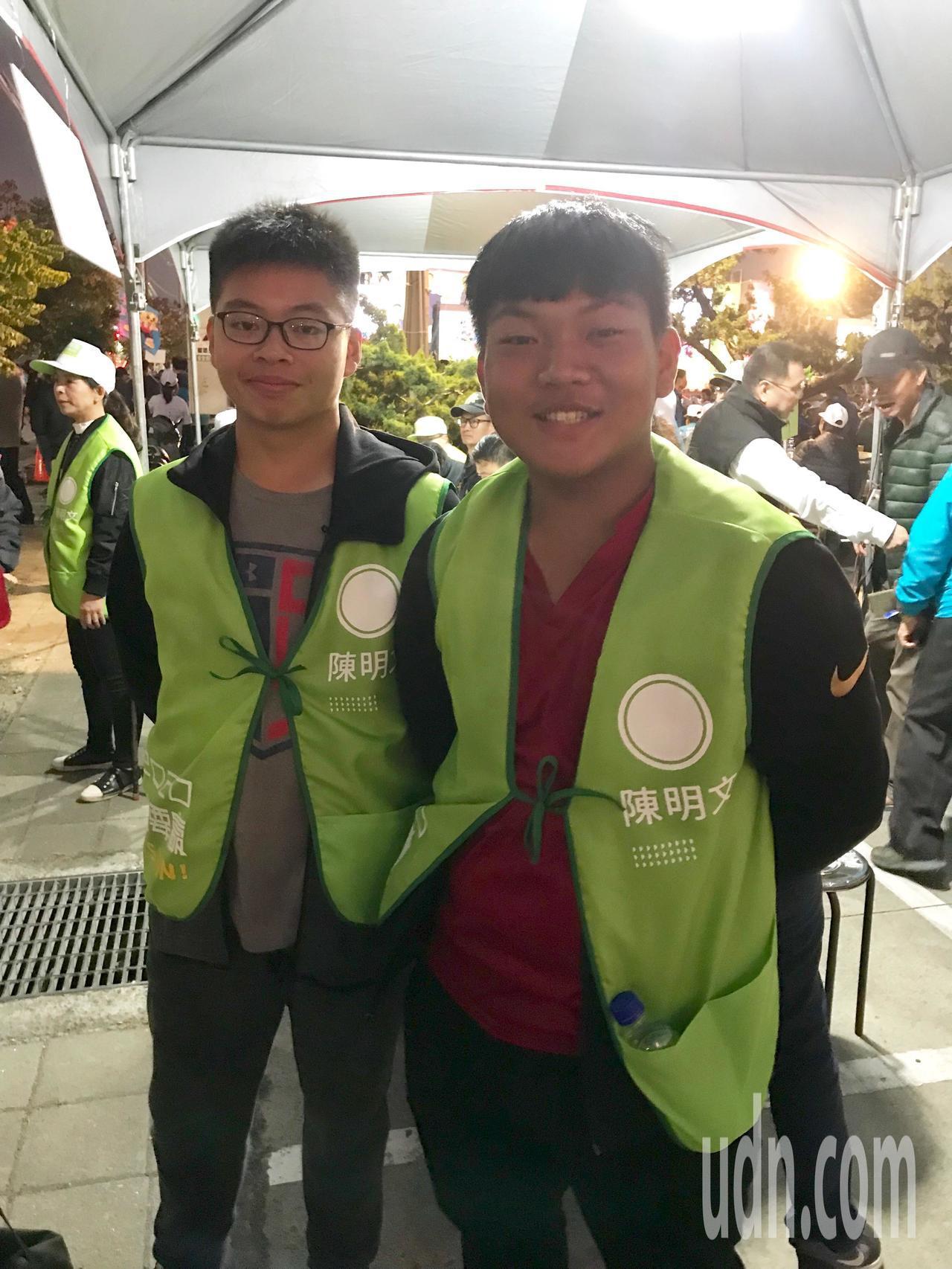 2名16歲就讀協志高中的學生呂宣摩(右)及劉岳鑫(左),今擔任活動工作人員,協助...