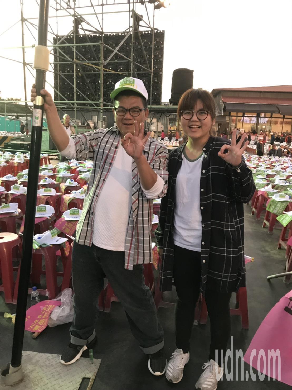 簡永鎮(左)帶著自製的「點亮台灣,蔡英文」大旗幟跑遍台灣,女兒簡妤珊(右)自4歲...