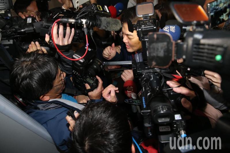 台北地檢署晚上傳訊遠東航空董事長張綱維(中)到案說明,媒體陣仗擠得水洩不通。記者林俊良/攝影