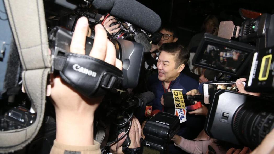 台北地檢署13日晚間傳訊遠東航空董事長張綱維(中)到案說明,媒體陣仗擠得水洩不通...