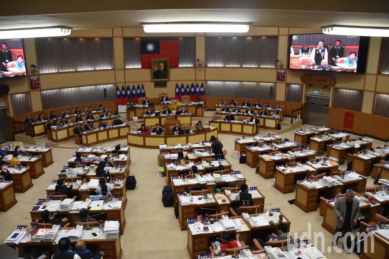 民進黨議員最後全數離席,只剩下國民黨議員及無黨籍議員留在議場繼續審查預算案。記者...