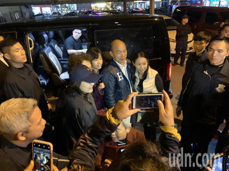 國民黨總統候選人韓國瑜(中)傍晚到台中參訪范特喜文創基地,鋼鐵韓粉到場支持。記者喻文玟/攝影