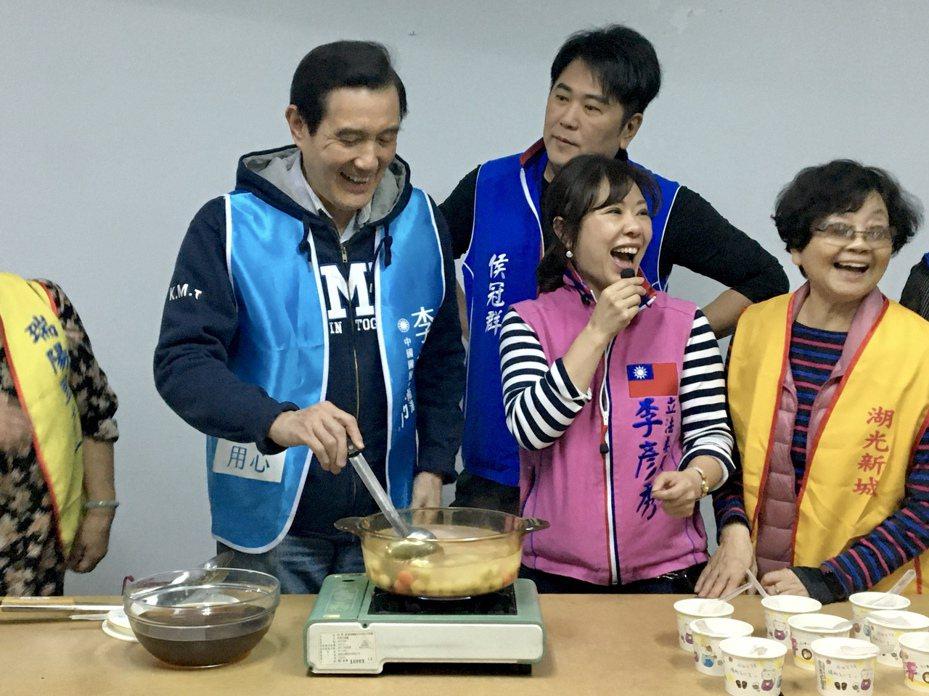 馬英九親自下廚煮湯圓,陪社區長輩提前過冬至,要展現親和力。記者郭頤/攝影