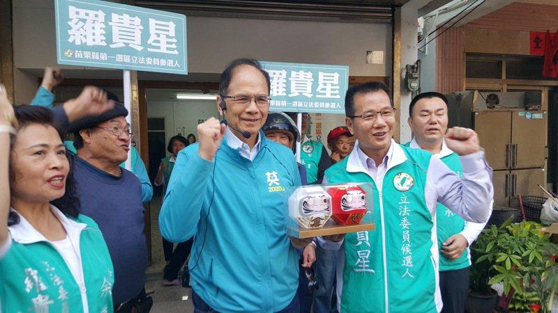 行政院前院長游錫堃(中)上午先到通霄市場陪第一選區立委候選人羅貴星拜票,並贈送一對「必勝達摩」。記者胡蓬生/攝影