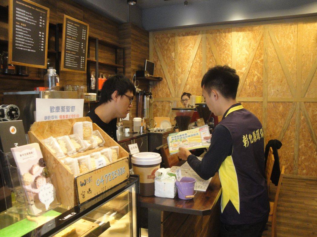 從元旦起,連鎖便利商店、咖啡店及網咖等騎樓店面業者,如經稽查發現騎樓5件以上菸蒂...