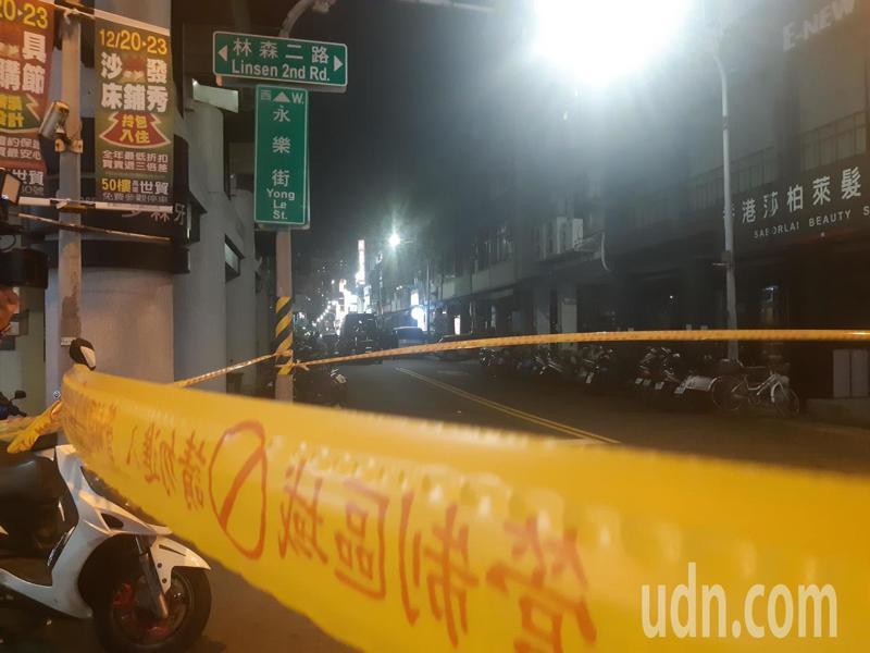 高雄民宅有可疑爆裂物犯嫌窩藏其中,警方圍起封鎖線。記者賴郁薇/攝影