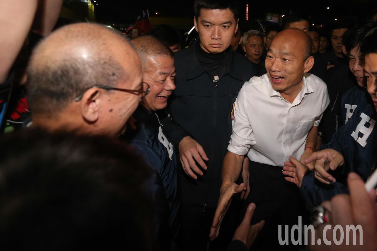 國民黨總統候選人韓國瑜(右)與台中市議會議長張清照(左)握手致意。記者黃仲裕/攝...