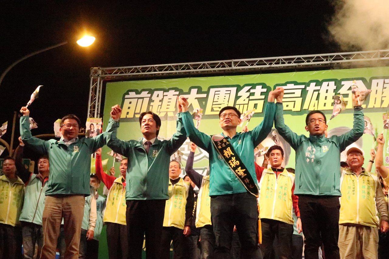 民進黨籍民代和里長參加賴瑞隆前鎮競選總部成立大會,展現團結氣勢。記者徐如宜/攝影