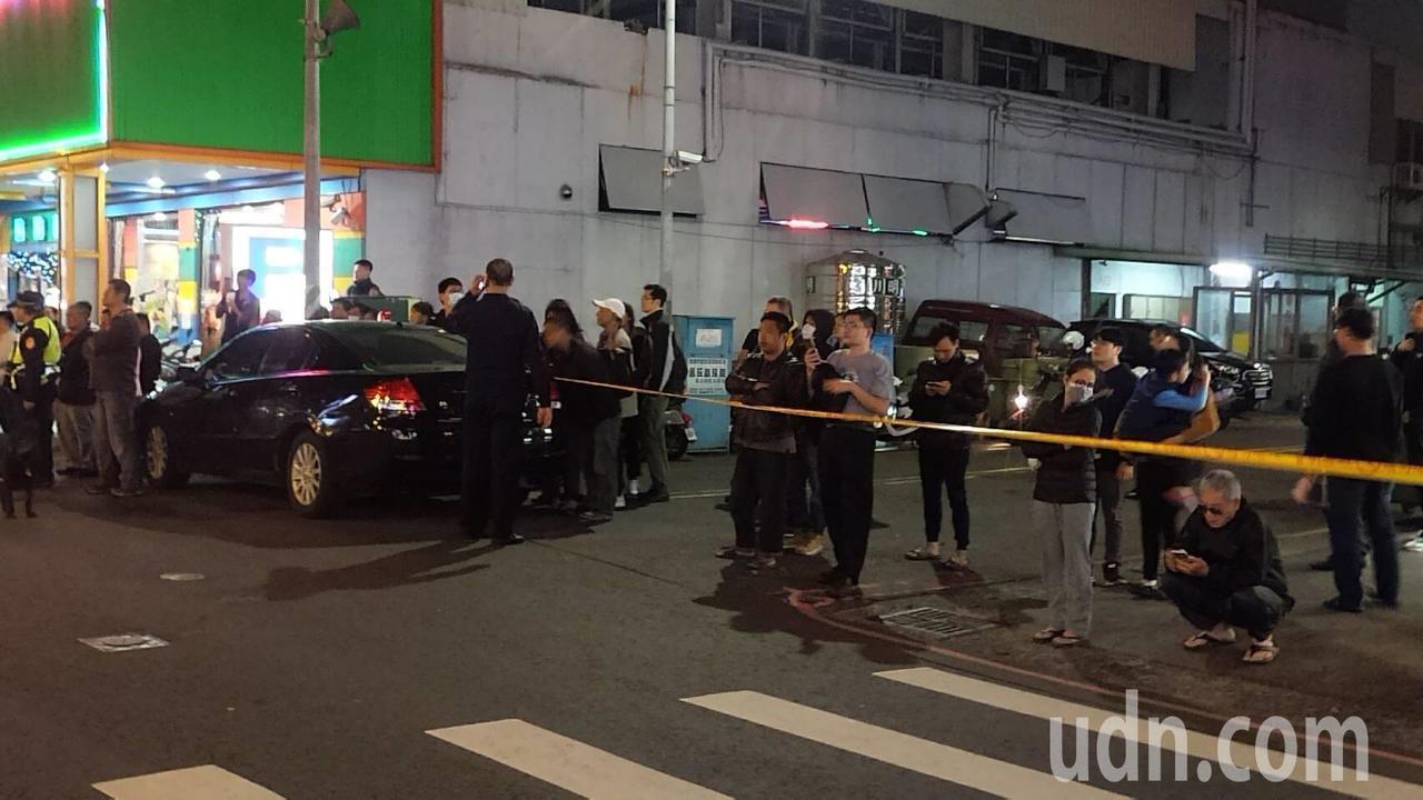 警方封路圍捕嫌犯。記者林保光/攝影