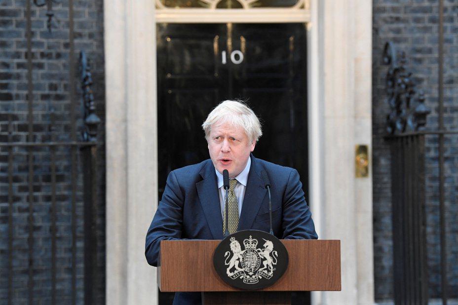 圖為強生13日在首相官邸前發表談話照片。路透