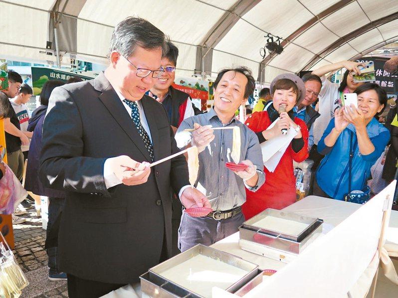 桃園市長鄭文燦(左)昨體驗大溪康莊休閒農業區豆佐和風料理餐廳推出的撈豆皮。 記者張裕珍/攝影