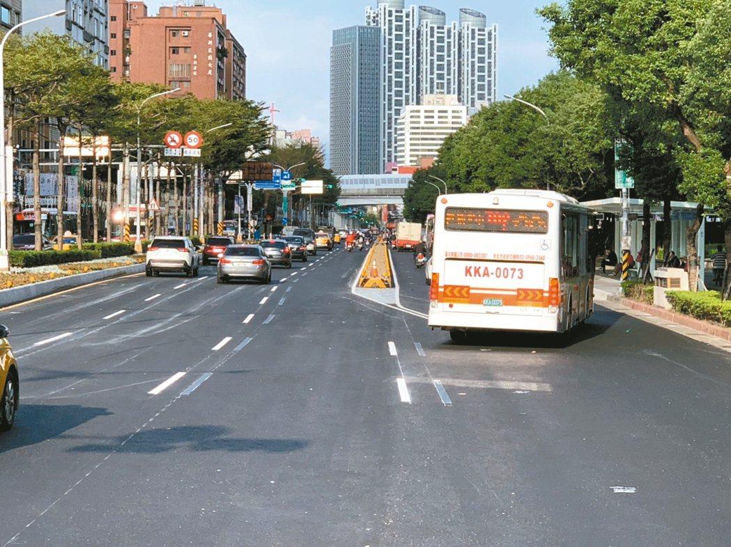 新北市交通局在板橋火車站後門的文化路闢建外側兩線、新北市第一條公車專用道,將在1...
