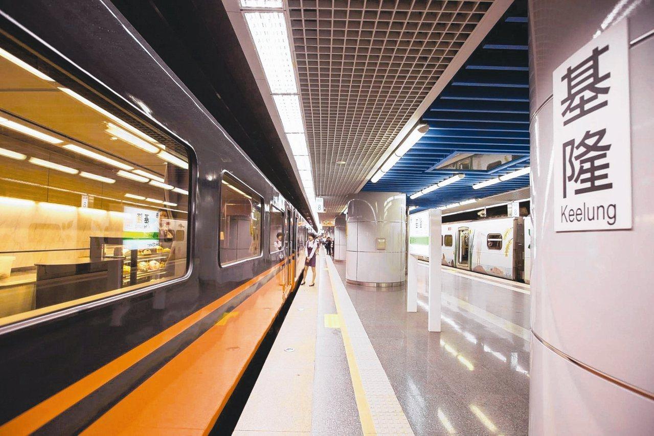 台鐵觀光列車改造塗裝,昨天首航至基隆站。 圖/基市府提供